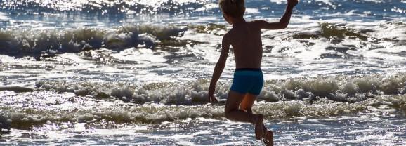 Caldo e giochi all'aria aperta: attenzione all'idratazione dei più piccoli