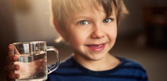 Mamme e papà, attenzione: i bimbi che bevono poco soffrono di tosse quasi il doppio degli altri